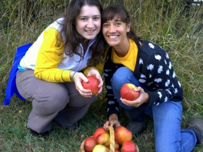Kim-and-Elisa-with-apples