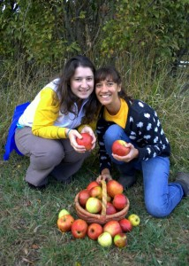 Kim and Elisa with apples